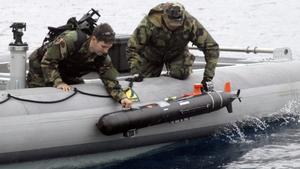 US Navy personnel deploying a UUV.