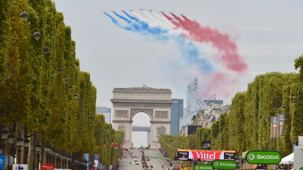 French jets turn for a return run above the Champs d'Elysees during the final day of the 2018 Tour. Image: Sirotti