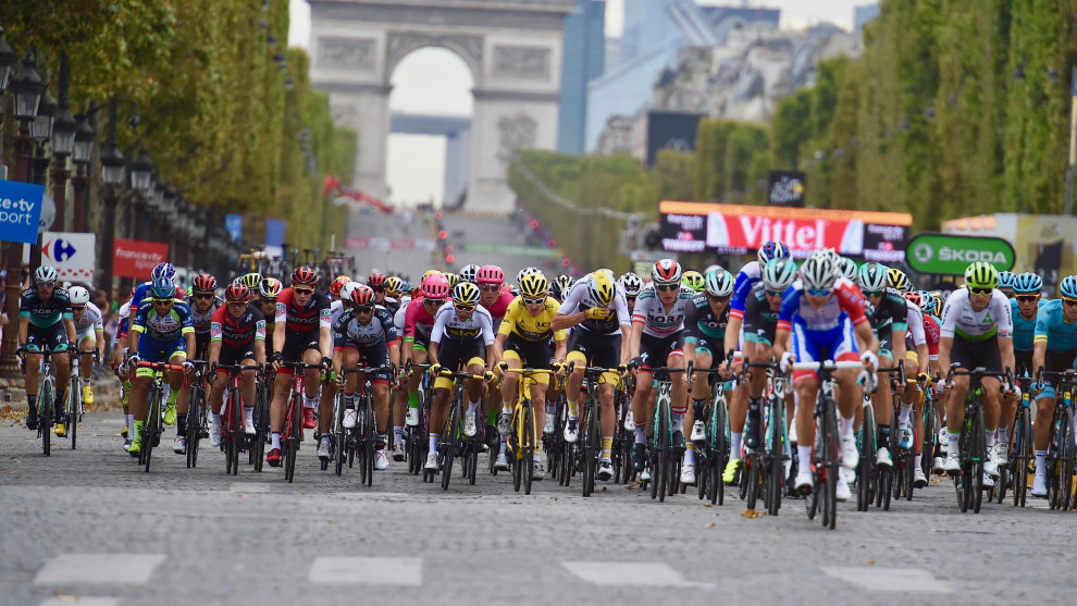 The remaining riders of the 2018 Tour de France head toward the Arc d' Triumphe during the final stage of the 2018 Tour. Image: Sirotti.