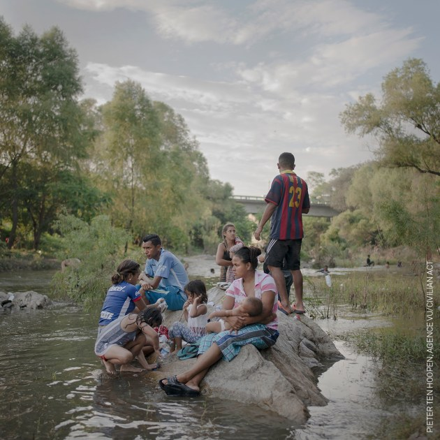 Families bathe, wash clothes and relax beside the Rio Novillero, when the caravan takes a rest day near Tapanatepec. © Pieter Ten Hoopen, Agence Vu/Civilian Act