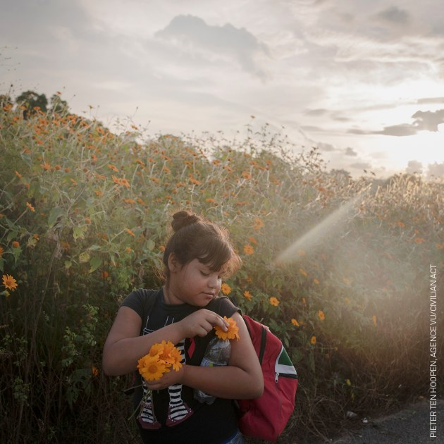 A girl pick flowers during the day's walk from Tapanatepec to Niltepec, a distance of 50 km. © Pieter Ten Hoopen, Agence Vu/Civilian Act