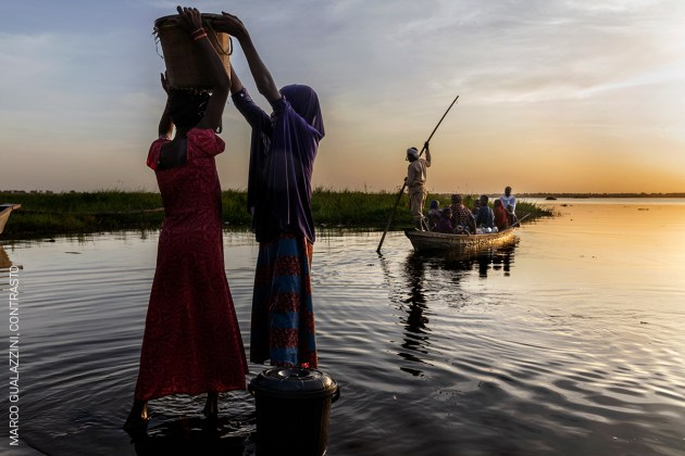 The Lake Chad Crisis. Women gather water from the lake. © Marco Gualazzini, Contrasto.