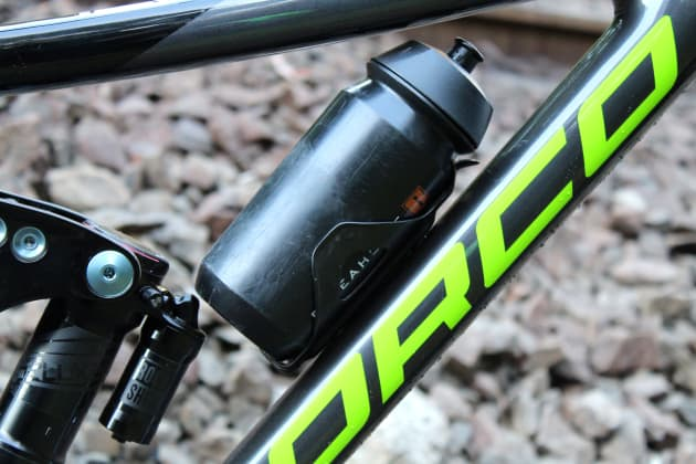 With a low profile side-mount cage, we were able to fit a 600ml bottle in the medium 29er (just). Clearance is better on the 27.5 version and the larger framed 29ers.
