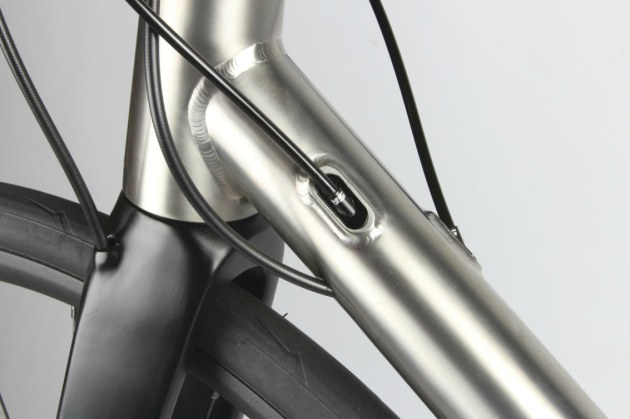 Gear cables and brake hoses are all stowed away entering the frame (and fork) through smoothly integrated ports.