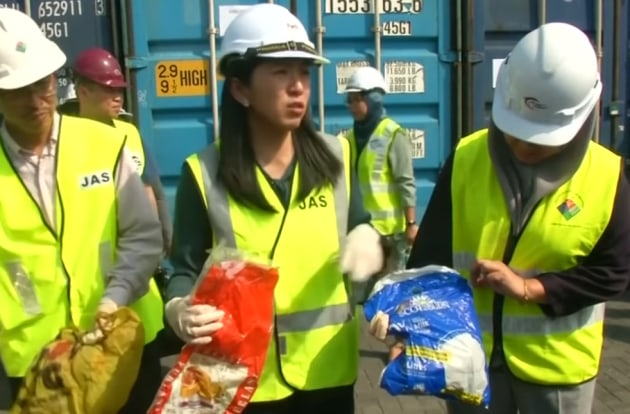 Yeo Bee Yin, Malaysia's environment minister (centre) says the country will send back 3000 tonnes of foreign waste. (Source: Still from Global News video)