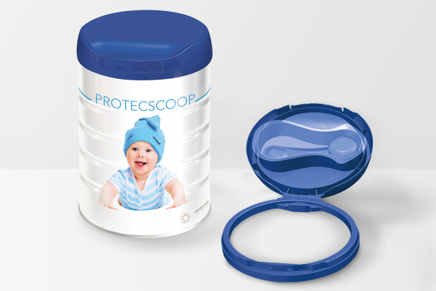 Flip-top hinged closure whose innovative design allows one-handed preparation of feeding bottles. Contamination-free foil-sealed chamber protects the included scoop until use.