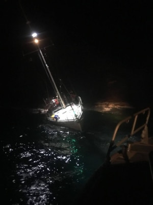 Mariners rescued, sail boat sinks off Molokini