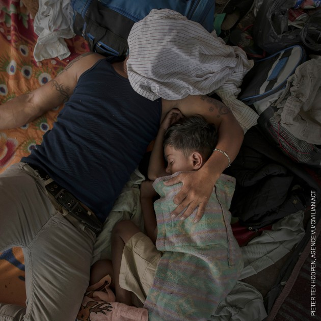 A father and son sleep after a long day's walking, Juchitán, 30 October 2018. © Pieter Ten Hoopen, Agence Vu/Civilian Act