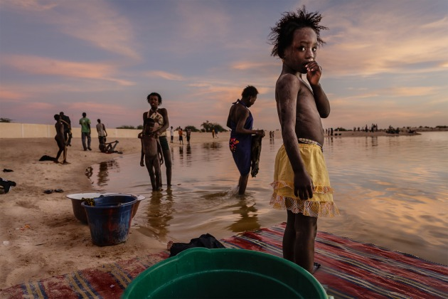 Stefano Pensotti, Timbuktu, Mali. In the last light of day the inhabitants of Timbuktu wash their clothes and take a shower in the port of Kabara. Canon EOS 5D MkII, EF24mm f/1.4L USM lens, f6.3, 1/40s, ISO 400.