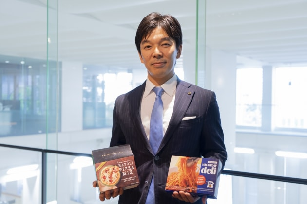 Web-to-pack: Kazuhiro Kajikawa, executive managing director Hacoplay division, Kyoshin Paper and Package with product from the first Heidelberg Primefire 106 in Japan.